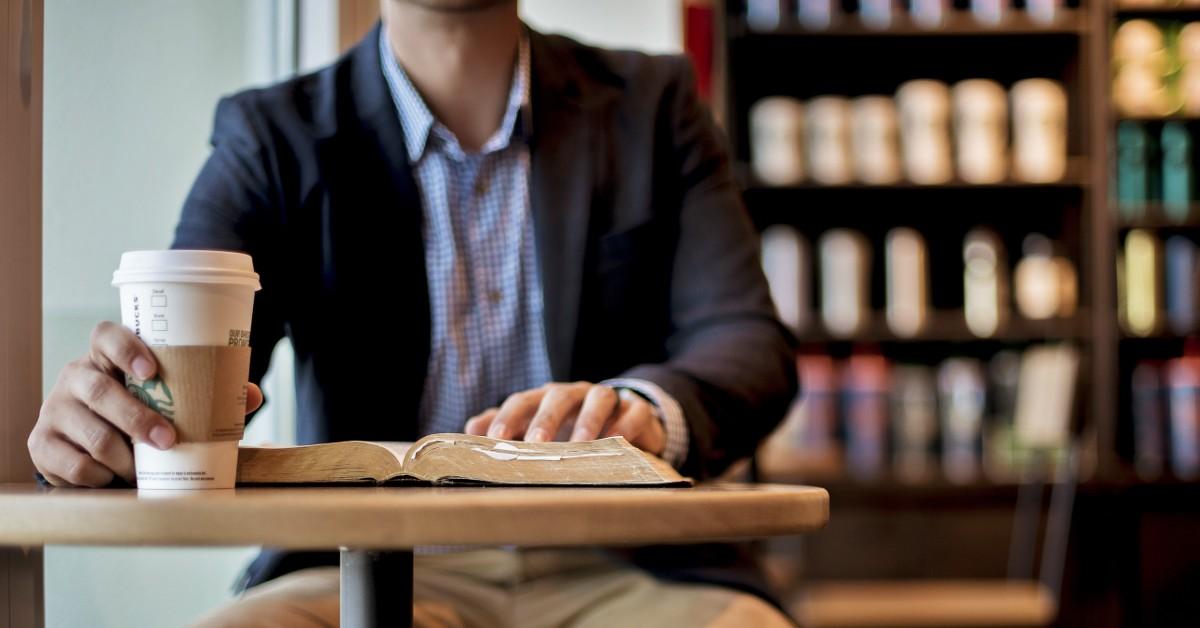 Чтение книг в кофейне