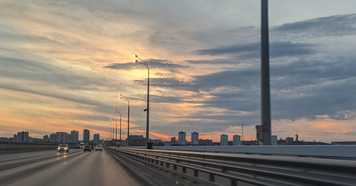 Закат на мосту через Волгу в Волгограде