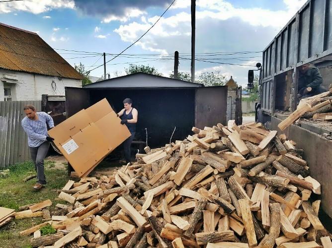Разгрузка дров для дома молитвы