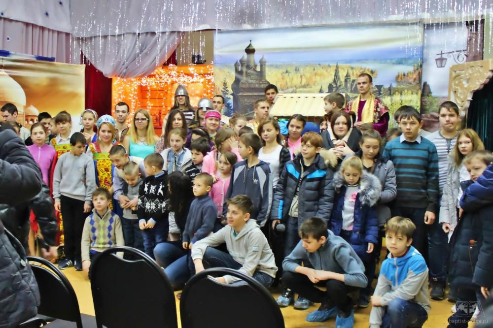 Дети после рождественского спектакля
