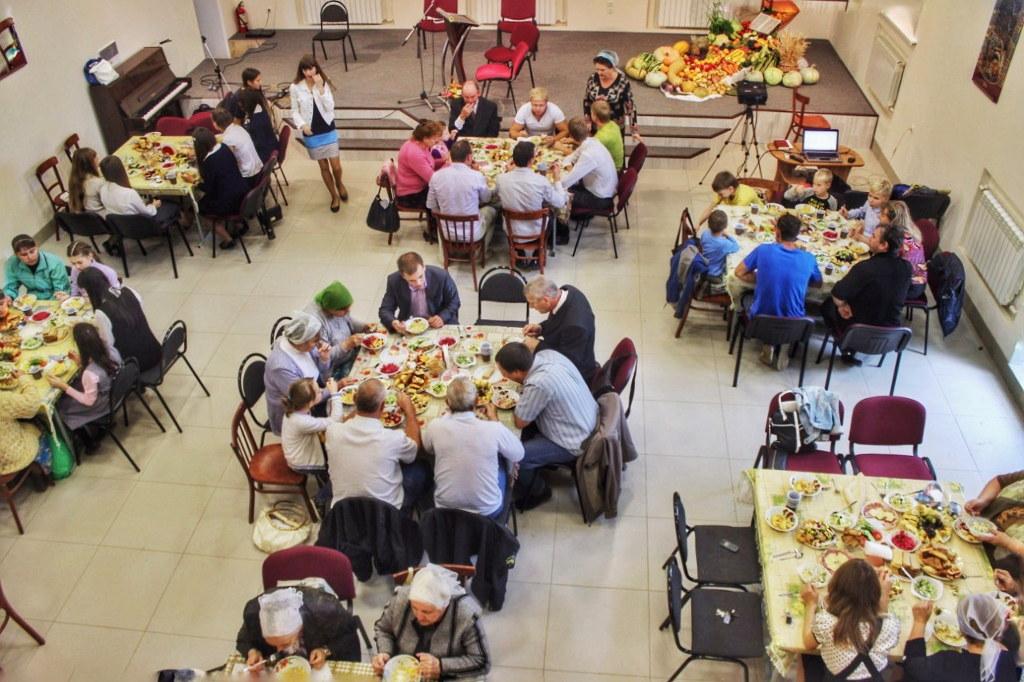 Праздничные столы в церкви на Жатву
