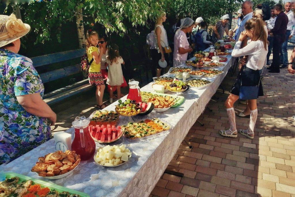 Угощения для гостей церкви в День благодарения