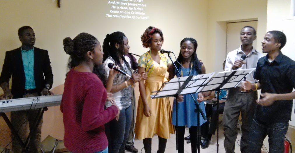 Команда музыкального прославления в волгоградской церкви Койнония