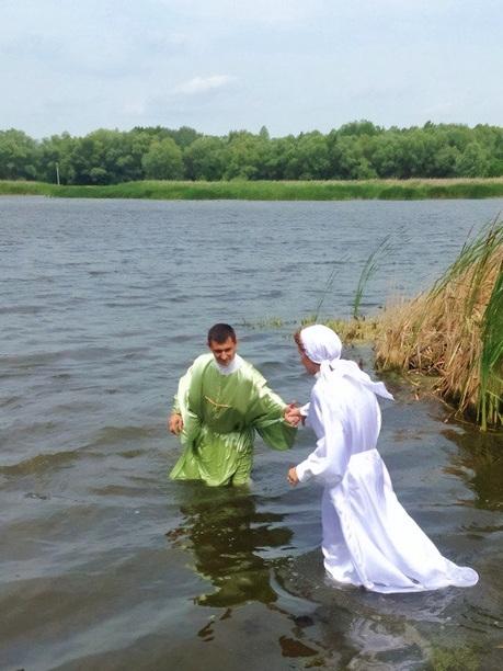 Погружение в воду для крещения