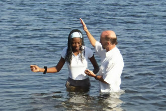Пастор Фрэнк крестит в Волге студентку из Африки